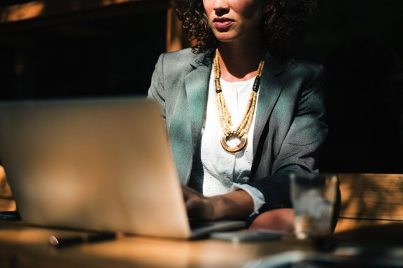 Pourquoi engager une secrétaire en ligne